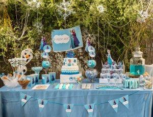 שולחן מעוצב יום הולדת לשבור את הקרח, עוגות מעוצבות בצק סוכר אנה ואלזה - הכי מתוק שיש